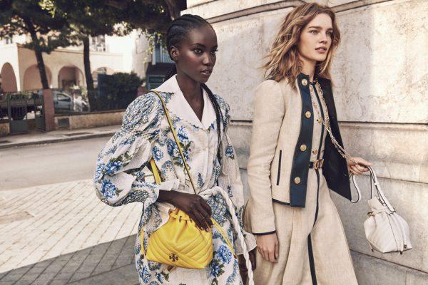 Les mannequins  Natalia Vodianova et Anok Yai posent pour la campagne Printemps Eté de Tory Burch.