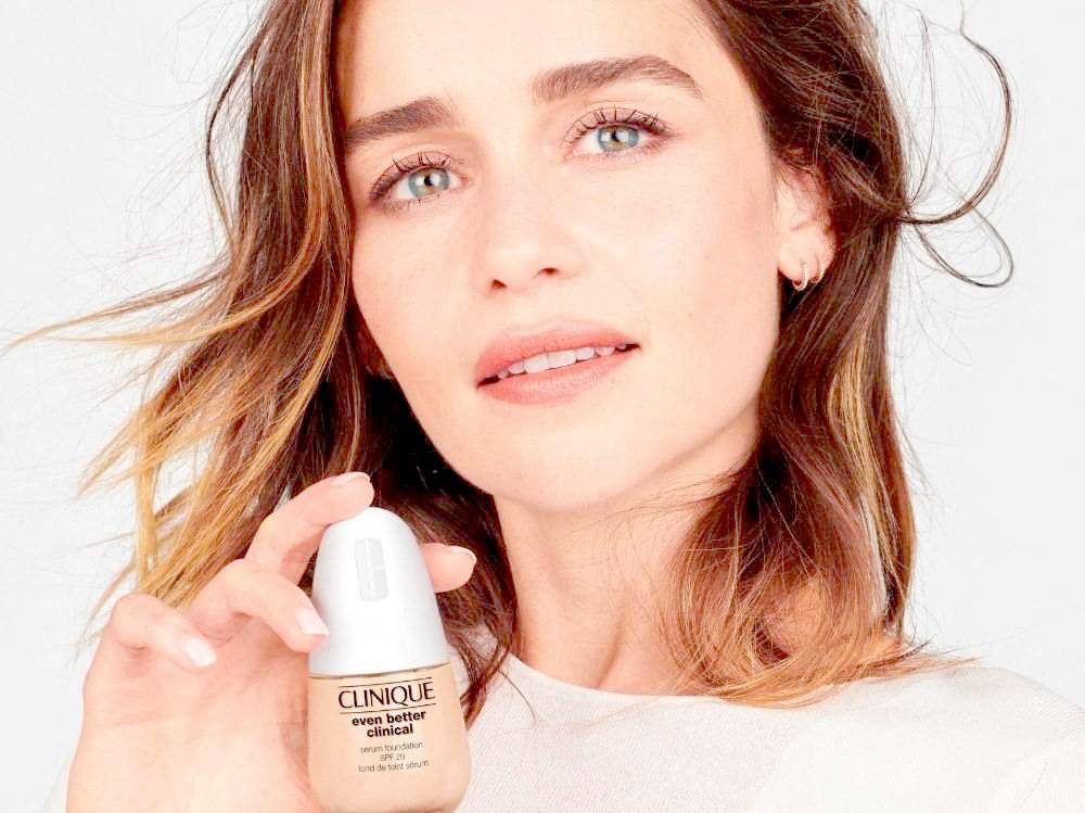 La star de Game of Thrones Emilia Clarke est la nouvelle ambassadrice de la marque de cosmétiques Clinique