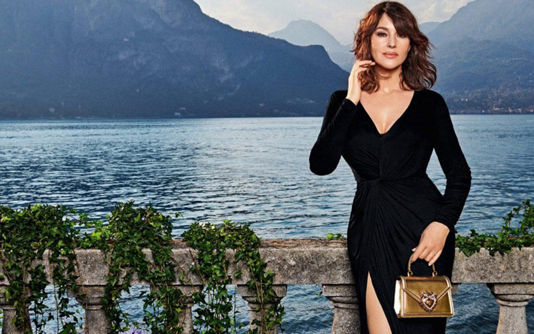 Monica Bellucci pose devant le Lac de Côme pour la nouvelle campagne de sacs à main de Dolce & Gabbana