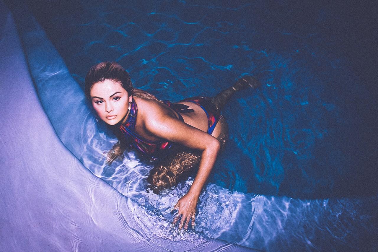 elena Gomez pose pour la campagne publicitaire de