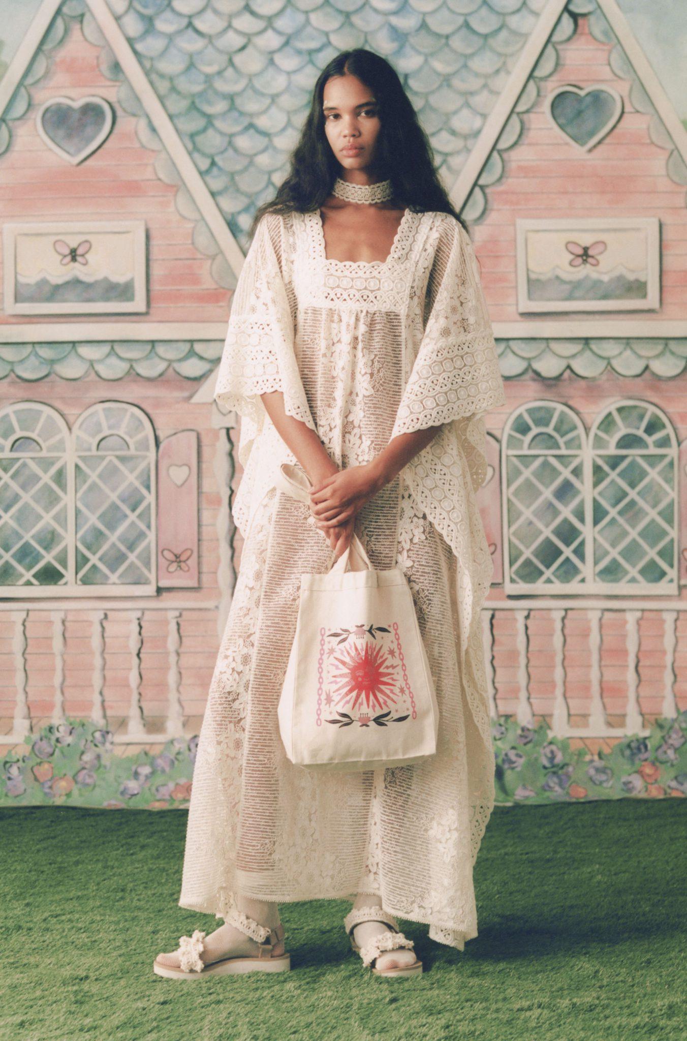 Materialele preferate ale momentului sunt voalul, mătasea, bumbacul și inul. Dacă îți dorești un look angelic, poți purta o rochie în stilul celei Alberta Ferretti, cu un machiaj discret și cu o coafură neglijentă.